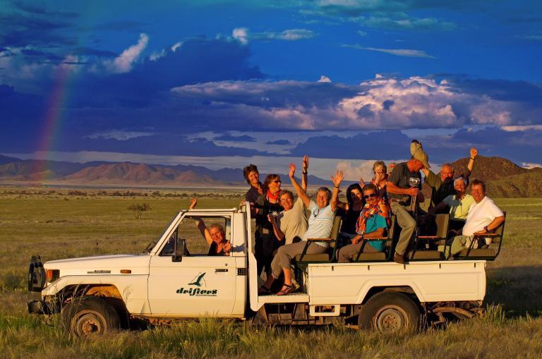 Reisegruppe im 4x4 Safarifahrzeug in Namibia