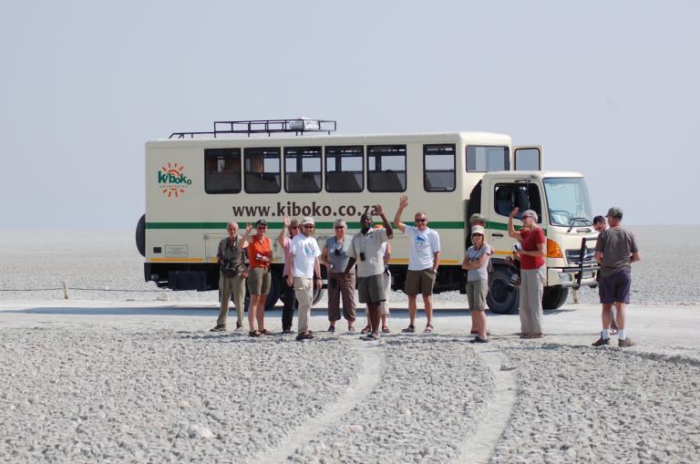 Kiboko Safaris: Robuster Overland Safari Truck mit 16 Sitzen im Etosha Nationalpark