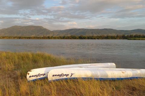 Boote zur Bootsfahrt am Ufer des SimbabwischenStausees Lake Kariba