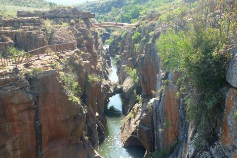 Bourke´s Luck Potholes in Mpumalanga (Südafrika) : Blick von der Brücke auf den Fluss