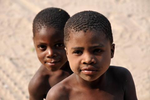 Buschmänner in der Kalahri: Junge Kinder lächeln in die Kamera