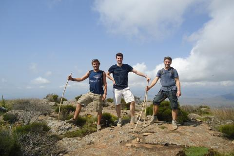 Wandern in den Drakensbergen:  Wandergruppe erreicht mit Drifters Adventure Tours den Berggipfel in den Drakensbergen