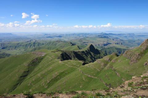 Reise mit der Kleinen Gruppe durch Südafrika: Blick auf die traumhaften Drakensberge