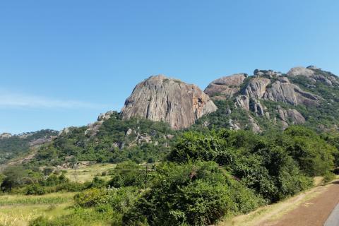 Eastern Highlands: Hügeleige Landschaft mit Granitfelsen an der Grenze zwischen Simbabwe und Mosambik