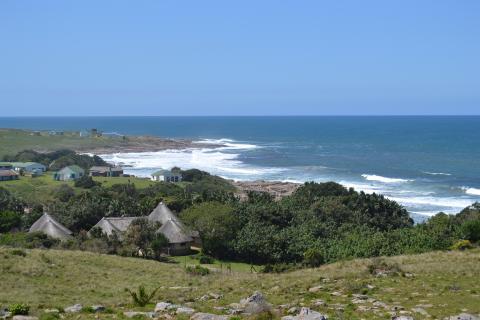 Ursprüngliche Wildcoast in Südafrika: Panorama Blick auf das wilde Meer, die Küste sowie die Greenfire Wildcoast Lodge