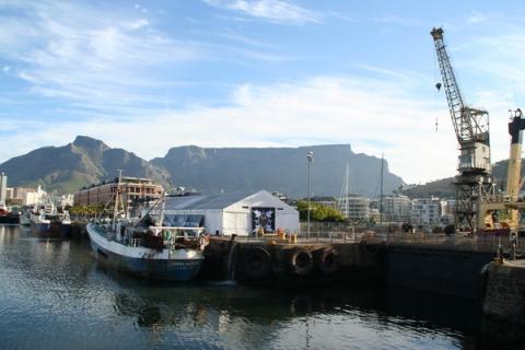 Hafen von Kapstadt, the mothercity in Südafrika. Im Hintergrund sieht man den Tafelberg