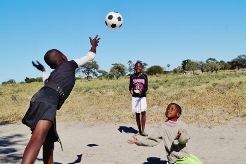 Spielnde Kinder in Maun, der Safari Tour Hauptstadt Botswanas