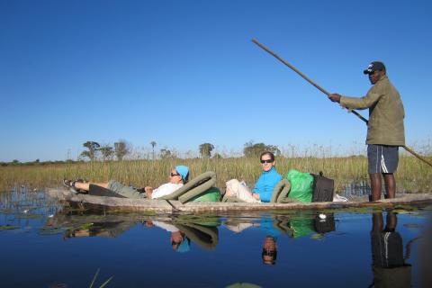 Fahrt mit dem Mokoro im Okavango Delta auf Abenteuerreise Botswana
