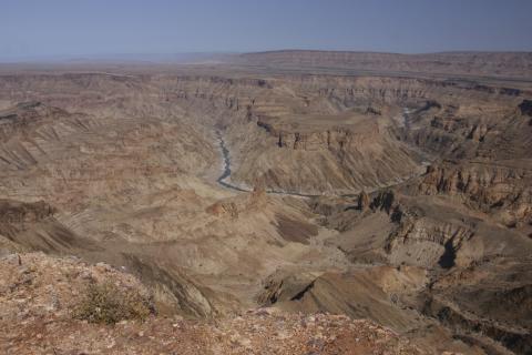 Panorama des Fish River Canyon in Namibia, welchen der Fischfluss ausgewaschen hat und der größte Canyon Afrikas ist