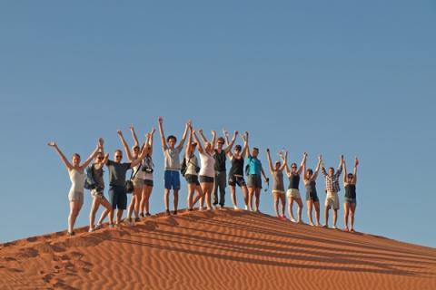Reisegruppe in der Namib Wüste auf den  hohen Dünen von Sossusvlei