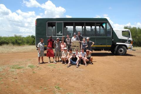 Reisegruppe mit Masai vor dem Safari Expeditions Truck von Drifters in Kenia