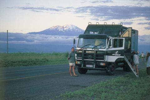 Safari Truck in Tansania mit Kilimanjaro im Hintergrund