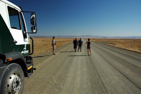 Schotterstraße auf dem Weg nach Windhoek in Namibia