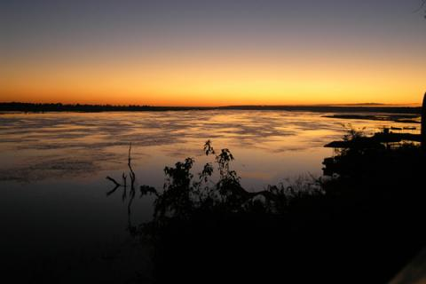 Sonnenuntergang über dem Fluss Okavango und dem Okavango Delta in Botswana