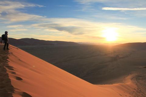 Sossuvlei in der Namib Wüste nahe Swakopmund: Sonnenaufgang während der Namibia Botswana Victoria Falls Tour