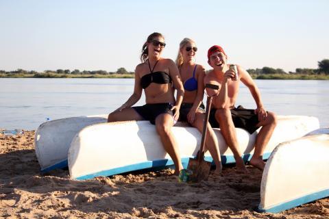 Sundowner mit der Reisegruppe am Sambessi Fluss in sambia