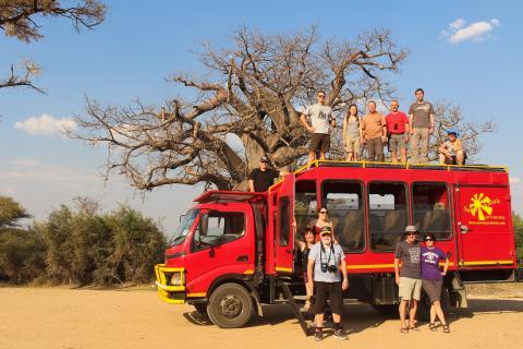 Aur Erlebnisreise in Namibia: Der Ideale Safaritruck unter einem Baobab der uns auf unserer Kleingruppenreise begleitet