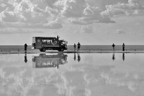 Auf Rundreise durch Namibia, Botswana und zu den Vicoriafällen: Sunway Safari Truck in der Etosha Pfanne im Etosha Nationalpark