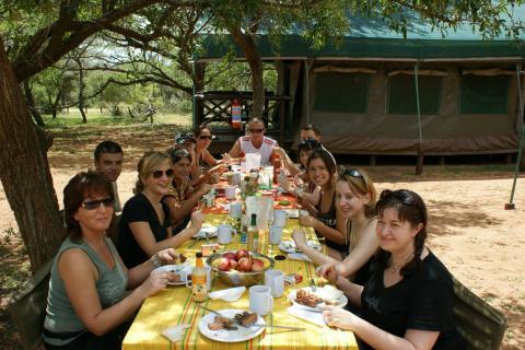 Kleingruppenreise durch Südafrika startet in Johannesburg. Lunch Stop mit dem Safari Truck