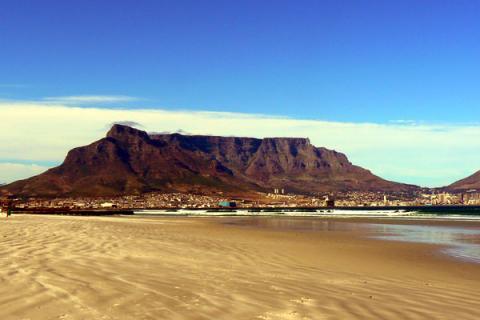 Blick am frühen Morgen auf den Hafen von Kapstadt in Südafrika mit dem majestätischen Tafelberg im Hintergrun