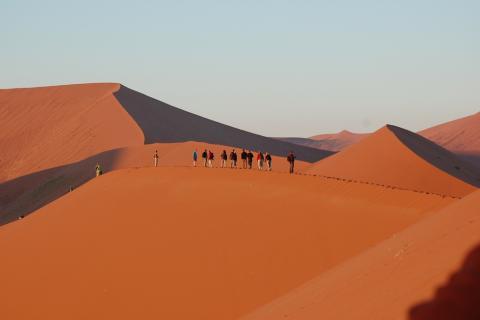 Dünenwanderung am Sosusvlei in der Namib Wüste