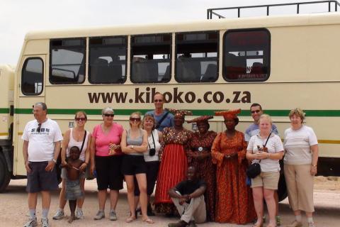 Reisegruppe mit einheimischen Himba Frauen im Damaraland