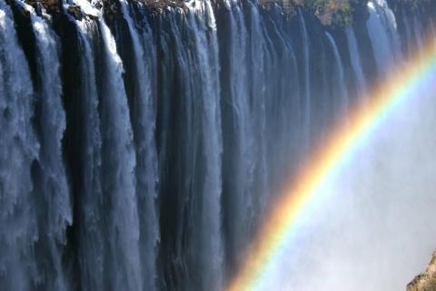 Regenborgen an den Viktoria Fällen in Simbabwe