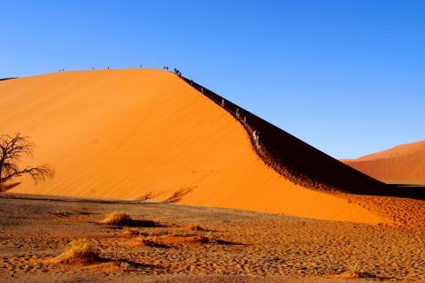 Namib Wüste wanderer im Sossusvlei