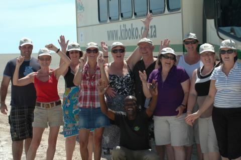 Kiboko Reisegruppe vor dem Safari Fahrzeug