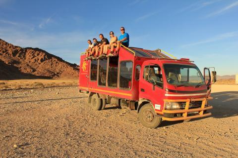 Sunway Truck mit Reisegrupe in Namibia