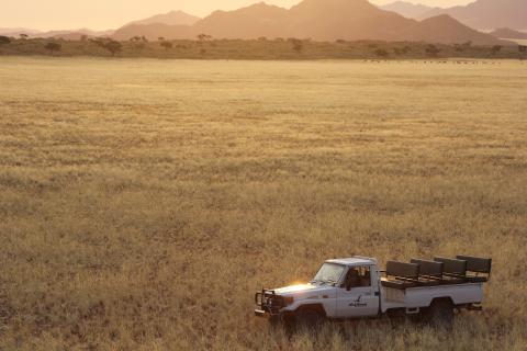 Safari Jeep in der Kalahari Wüste