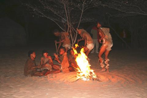 Traditioneller Bushman Tanz in der Kalahari