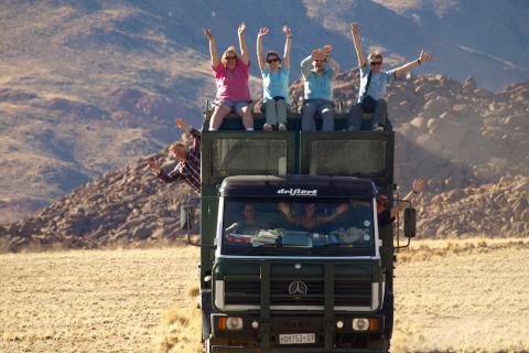 Reisegruppe auf dem Safari Truck in Namibia