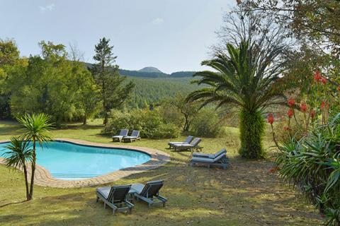 Pool und Gartenanlage im Foresters Arms Hotel in Swaziland