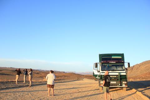 Weite Schotterstraße mitten in Namia