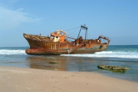 Schiffswrack am Strand vor Maputo / Mosambik
