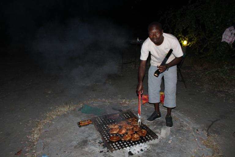 Koch von Kiboko bei der Zubereitung des abendlichen Dinners