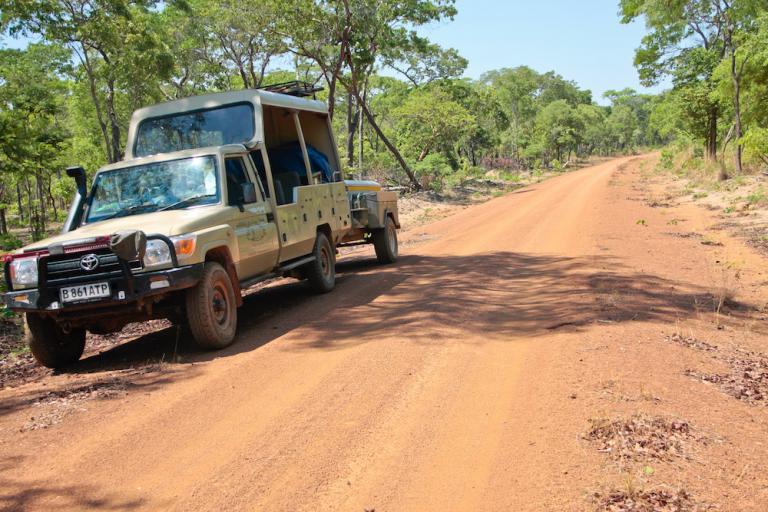 Sunway 4x4 Landcruiser Jeep auf einer Sandpiste