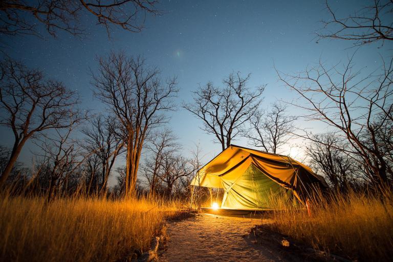 Camping Zelt von Sunway Safaris bei Nacht