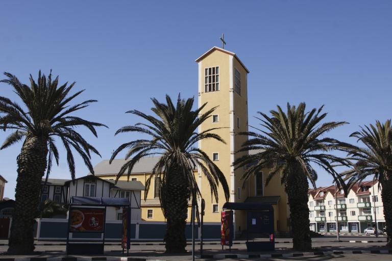 Straße mit Palmen in Swakopmund