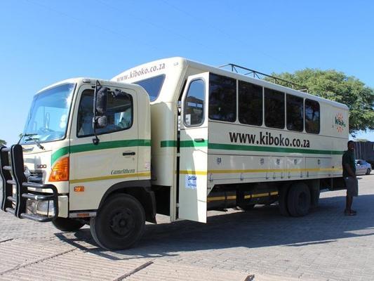 Aussenansicht des robusten Overland Safari Trucks mit 16 Sitzen