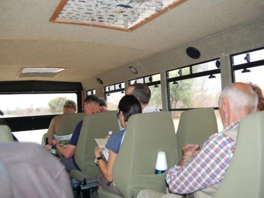 Sitzreihen im Inneren des robusten Safari Expeditionstruck mit 16 Sitzen