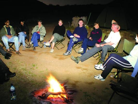 Reisegruppe nach Safari Abends beim gemeinsamen Lagerfeuer