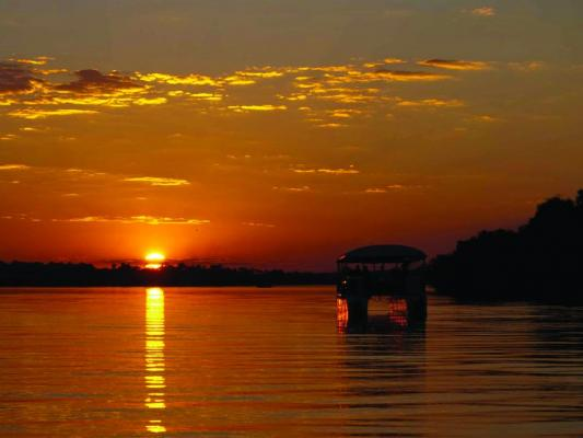 Bootsfahrt bei Sonnenuntergang auf dem Zambezi River