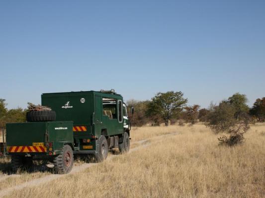 Safari Truck mit Anhänger in der Wildniss Botswanas