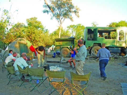 Safari Gruppe im Camp am Lagerfeuer