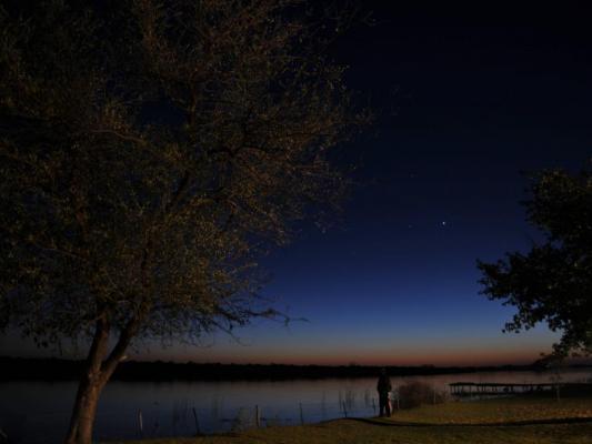 Maun Camp bei Nacht mit klarem Sternenhimmer