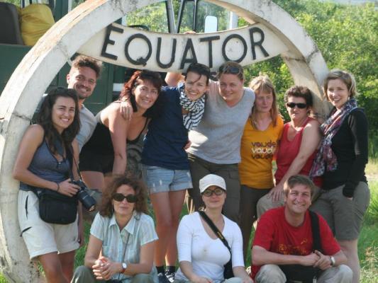 Drifters Adventure Tours: Fröhliche abenteuerlustige Reisegruppe beim überqueren des Äquators