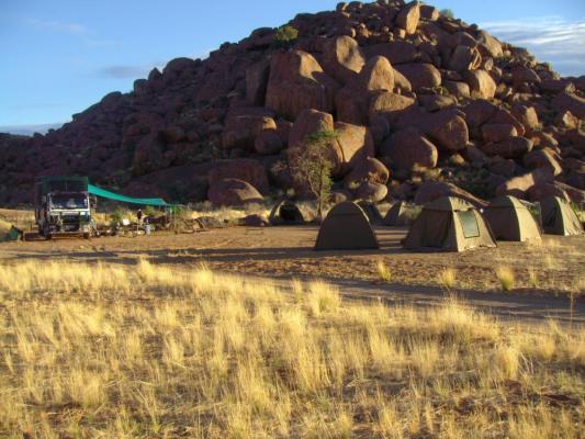 Drifters Adventure Tour: Reisegruppe auf den Sanddünen im Sossusvlei Namibia