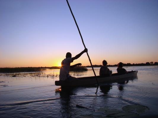 Fahrt im Mokorokoro bei Sonneuntergang auf dem Okavango River